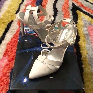 Tildon size 7 white heel